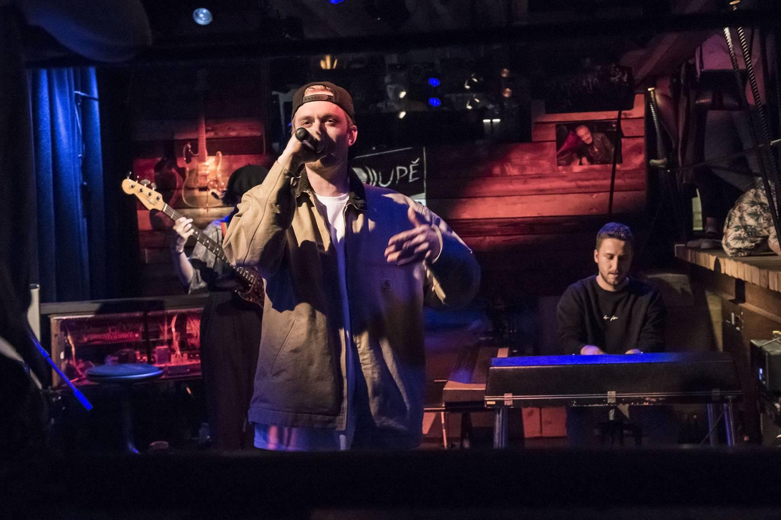 LIVE: Doupě Mekyho Žbirky - Paulie Garand překvapil naživo s kapelou, Tomáš Třeštík vyprávěl historky z turné se Sunshine