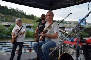 LIVE: Mňága a Žďorp vyrazila s fanoušky na plavbu po Vltavě, Petr Fiala chrlil vtipné hlášky
