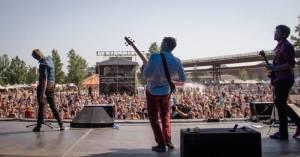 Nastupující hvězda festivalů Megaphone: Kdo má nedostatek energie, ať přijde do kotle pod naše pódium!