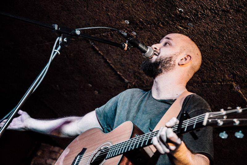 Pokáč interview: Průvodce jeho prvním albem Vlasy v sedmnácti písních