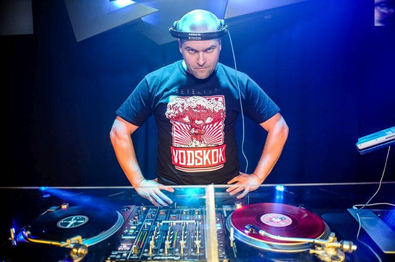 DJ Kwé a tým Radosti FX: Snažíme se jít ruku v ruce s trendy a udržet si dobré jméno na pražské klubové scéně