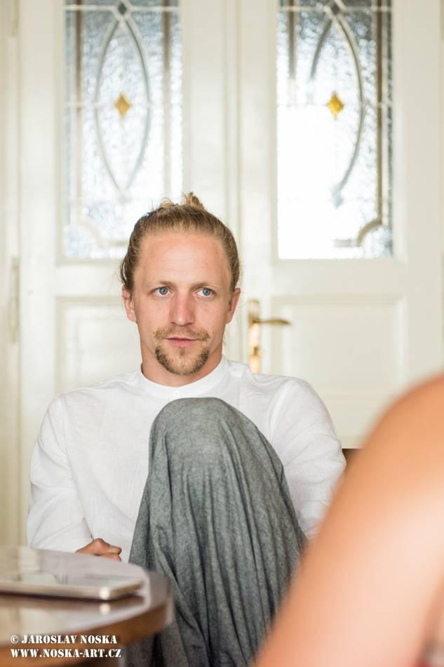 VIDEOROZHOVOR: Tomáš Klus o novém albu SpOlu (I.) - Jsem jako houser, písničky si musím vysedět