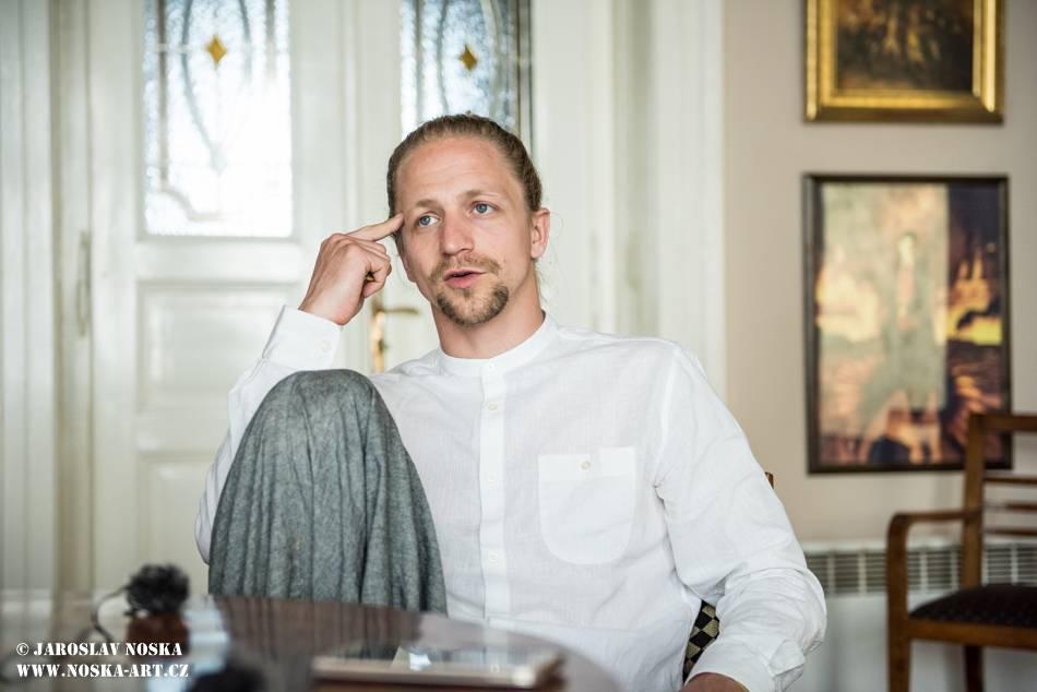 VIDEOROZHOVOR: Tomáš Klus (II.): Co nejbláznivějšího jsem kdy udělal? Poznal jsem svoji ženu a požádal ji o ruku