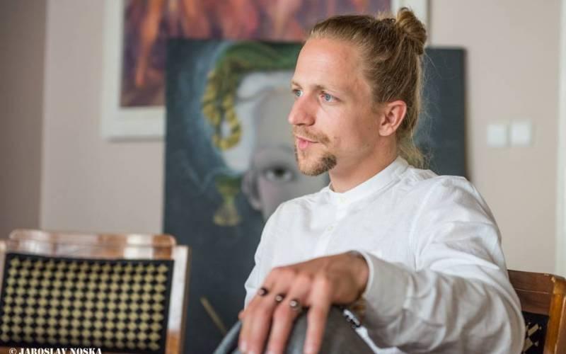 VIDEOROZHOVOR: Tomáš Klus (III.) - Hudba polidšťuje, na koncertech ve věznicích jsem čelil vlastním předsudkům