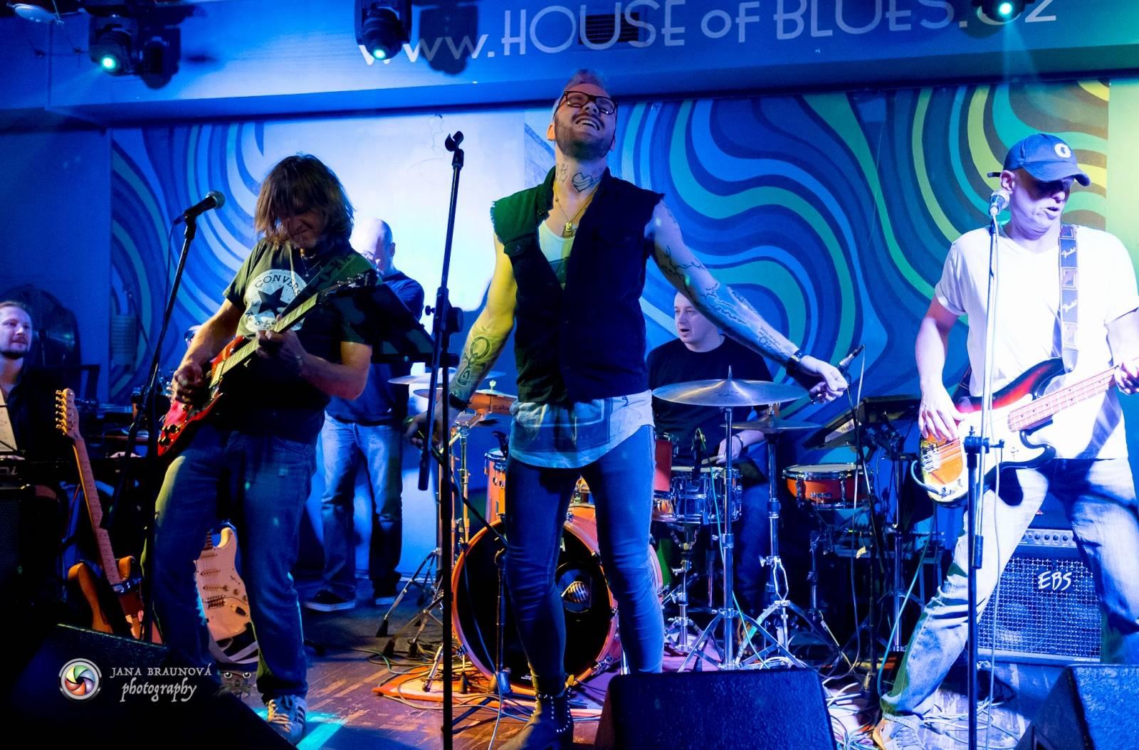 LIVE: Burma Jones a Jaro Smejkal uctili památku Prince, zahráli Purple Rain. A pokřtili nový singl Co mě čeká