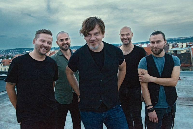 Říjnové koncerty: Do Prahy míří Nick Cave, Ennio Morricone, Machine Gun Kelly i Guano Apes
