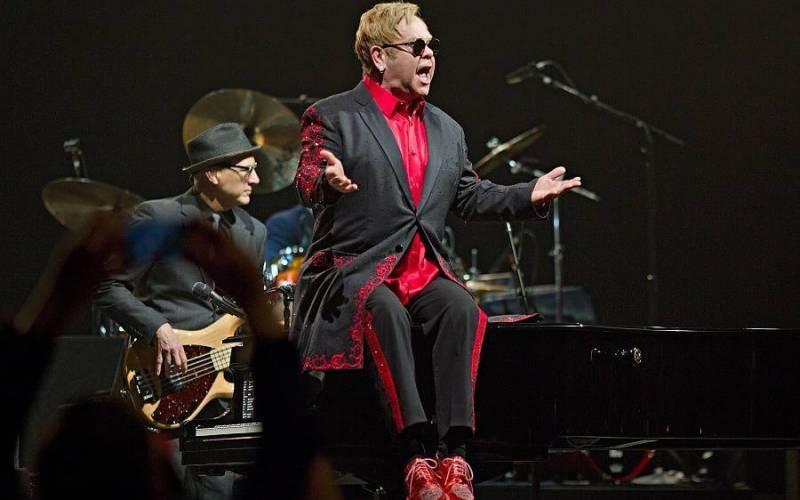 TOP 8 živých vystoupení Eltona Johna: Skvělé výkony za klavírem i spojení s legendami