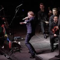 LIVE: Tomáš Klus v doprovodu Janáčkovy filharmonie oslnil Prahu. Došlo i na křest desky