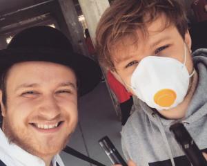 Muzikanti v době koronaviru: Adam Mišík dělá dobrovolníka, z Thoma Artwaye se stal zvukař, Mikolas Josef pomůže písní