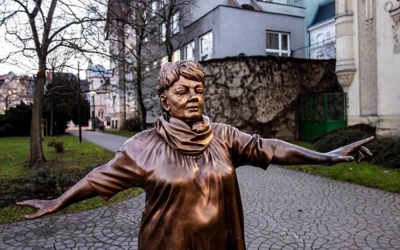 TOP 10 | Kam se chodí vzpomínat na Karla Kryla, Mejlu Hlavsu, Filipa Topola a další? Sochy a pamětní desky českých muzikantů