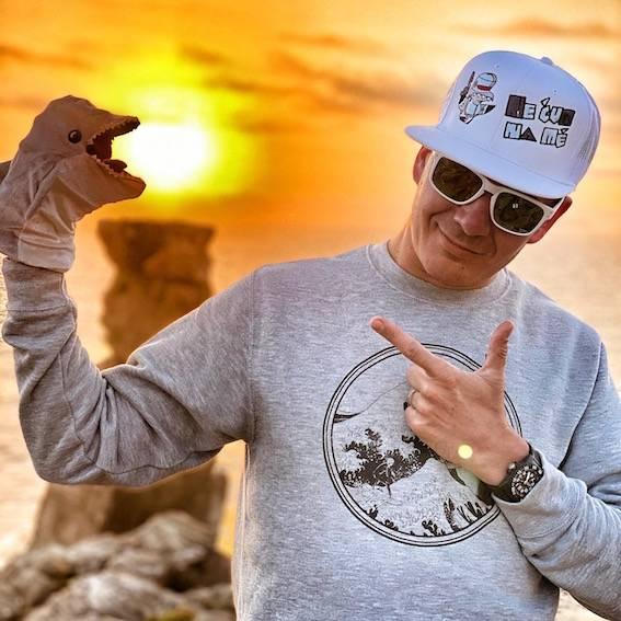 BIZÁR TÝDNE: Kříženec delfína s Hitlerem nahrál album. Je mi to jedno, vzkazuje Adolfeen na debutu