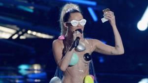 POST SCRIPTUM (20.): Miley Cyrus míří na Glastonbury a Český slavík (ne)komentuje Ortel
