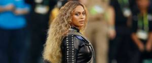 POST SCRIPTUM (32): Američanům se nelíbila politická Beyoncé na Super Bowlu. Chystají protest