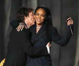HITPARÁDY (42.): Rihanna v historických tabulkách přeskočila Beatles, v Česku se prodávají Lucie Bílá a Iveta Bartošová
