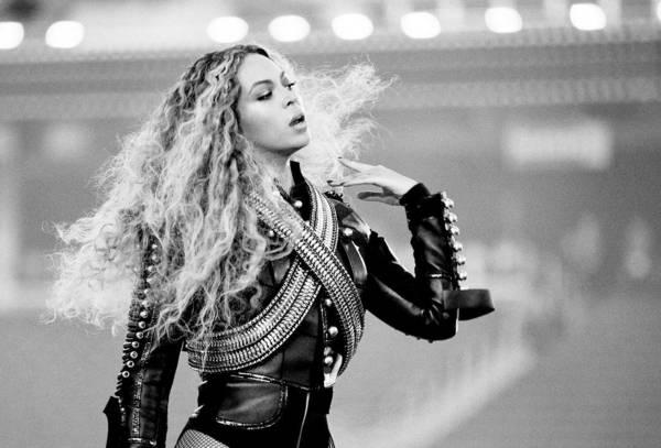 POST SCRIPTUM (46): Kvůli Beyoncé otročí Asiatky a Avril Lavigne se zastala hudby Nickelback