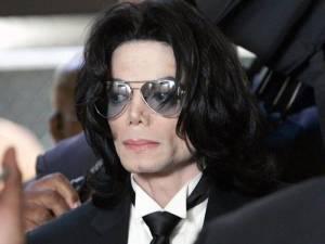 POST SCRIPTUM (51): Michael Jackson nemá klid ani po smrti. Nové materiály prý odkrývají pedofilní minulost