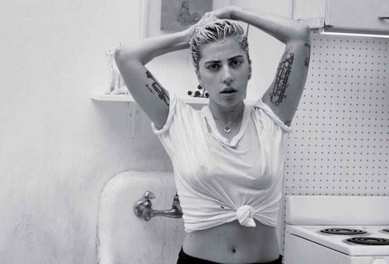 HITPARÁDY (70.): Lady Gaga díky country zválcovala Ameriku, Elvis trhá rekordy v Británii
