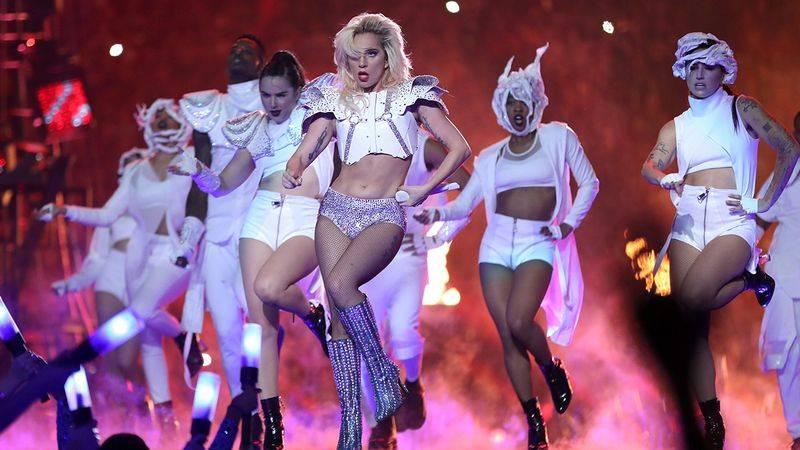 POST SCRIPTUM (77): Lady Gaga předvedla na Super Bowlu famózní show. Podle některých byla ale moc