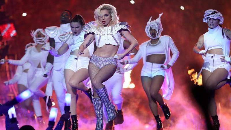 POST SCRIPTUM (77): Lady Gaga předvedla na Super Bowlu famózní show. Podle některých byla ale moc tlustá