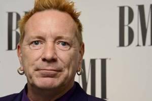 POST SCRIPTUM (81.): Punk po čtyřiceti letech - Johnny Rotten ze Sex Pistols velebí královnu a chce se kámošit s Trumpem