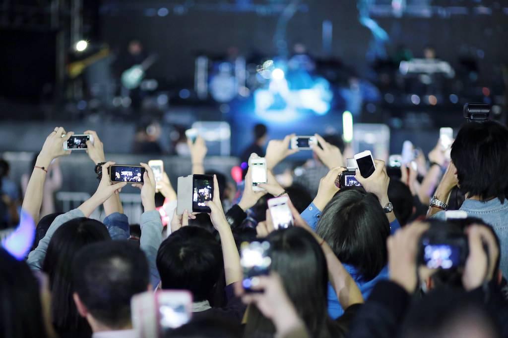 BLOG: Zákaz focení koncertů mobilem? Ano, nebo ne? Spíše ano, řekl bych...