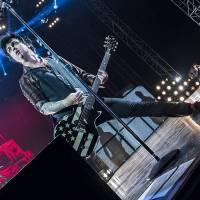 Tragédie na festivalu: Akrobat spadl z třiceti metrů a zemřel před zraky desetitisíců lidí. Poté hráli Green Day