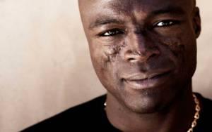 VIDEO: Seal zobrazuje lásku jako světlo ve tmě. Chtělo by to ale lepší klip