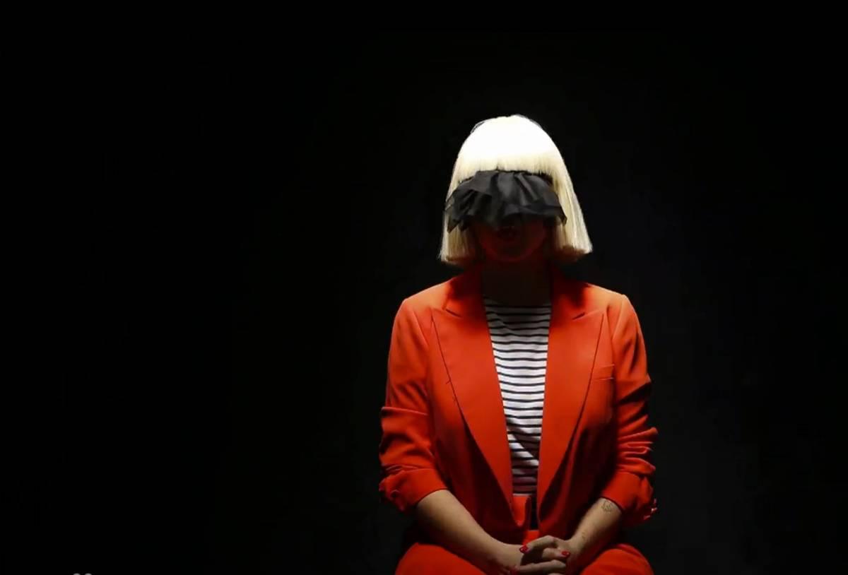 VIDEO: Sia v Alive stále dýchá a má řadu dvojnic