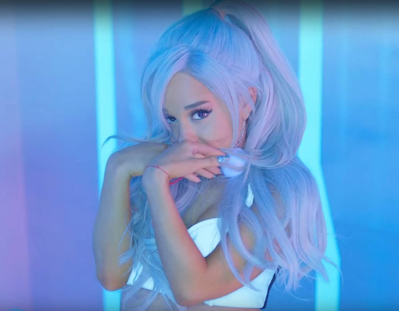 VIDEO: Ariana Grande je ve Focus vyumělkovanou panenkou