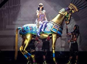 VIDEO: Katy Perry vydala koncertní film. Jak zazpívala hit Dark Horse naživo?