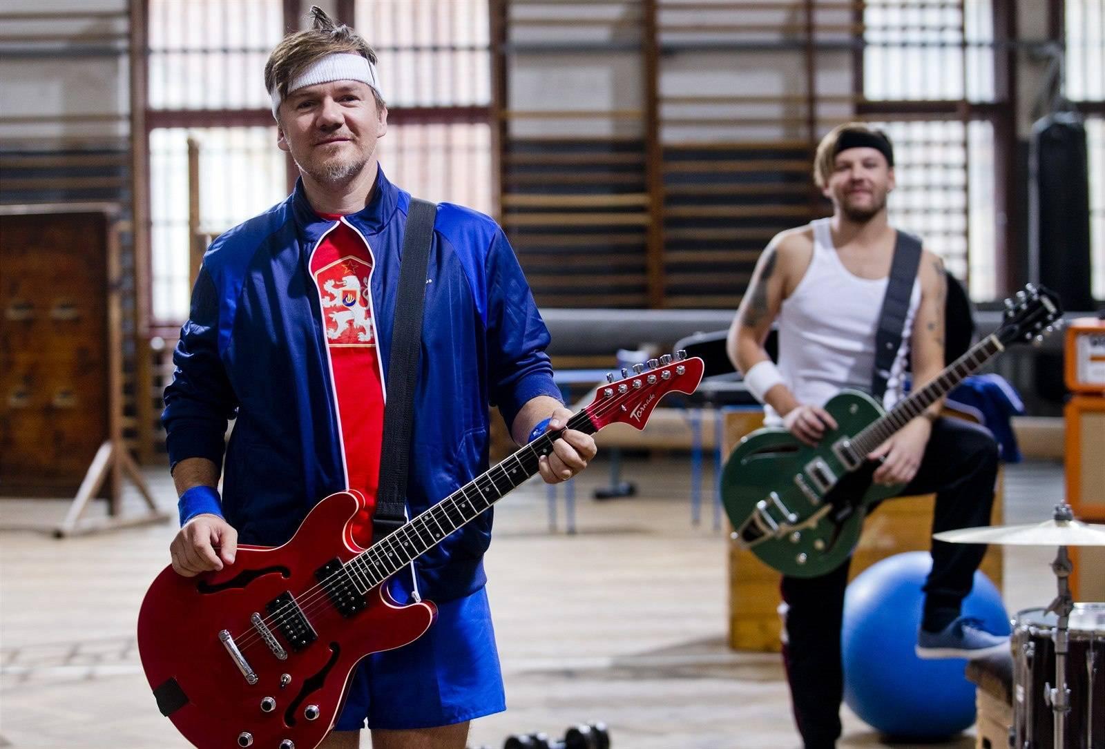 VIDEO: Michal Hrůza složil první píseň po návratu pro film Padesátka