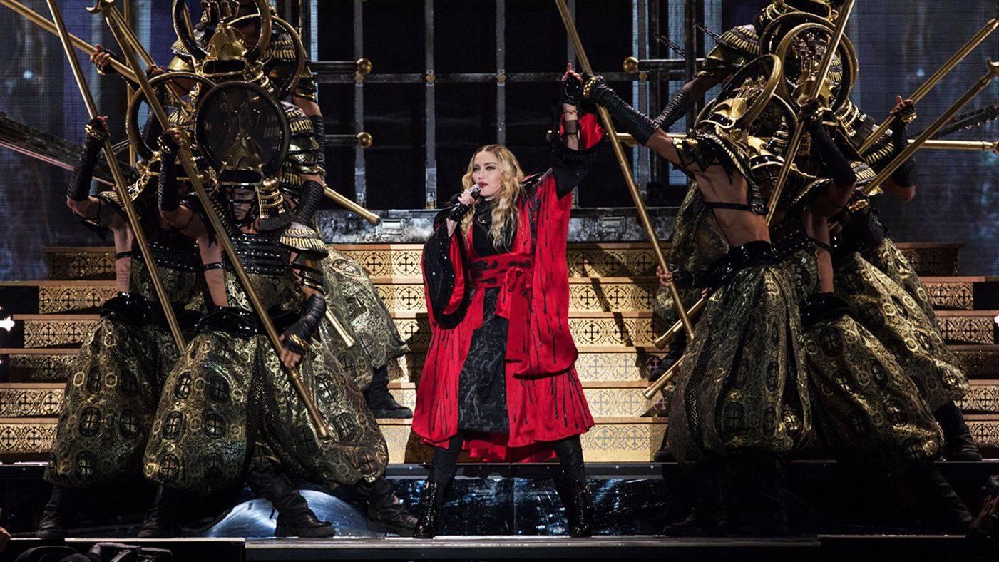 VIDEO: Madonna se v Paříži vydala zpívat mezi lidi. Došlo na Lennonovu Imagine i Like A Prayer