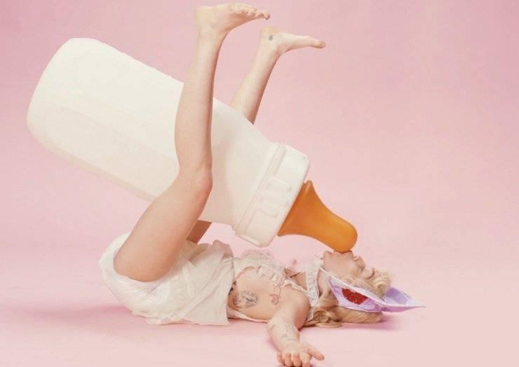 VIDEO: Miley Cyrus je přerostlé dítě. V BB Talk cucá obří dudlík a nosí pleny