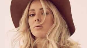 VIDEO: Vysmátá Ellie Goulding věnovala klip Army kamarádce. Do Prahy zamíří za dva týdny