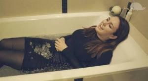VIDEO: Ewa Farna si lehla do vany plné ledu a zapěla hit Hello od Adele