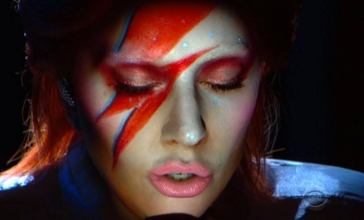 VIDEO: Lady Gaga jako David Bowie na Grammy: Teatrální, muzikální a skvělá