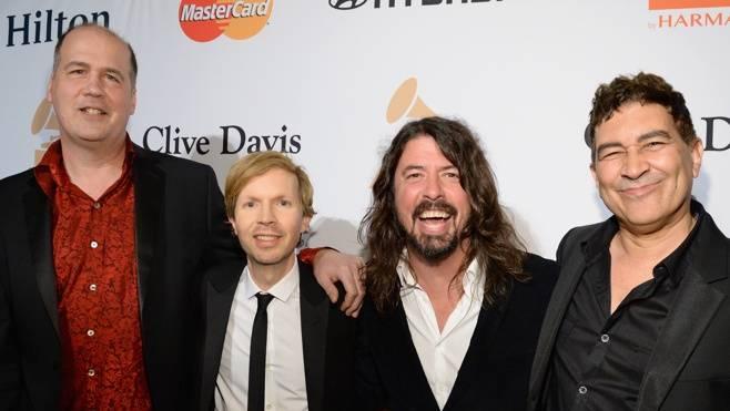 VIDEO: Nirvana vzdala po letech znovu poctu Davidu Bowiemu. Kurta Cobaina nahradil Beck
