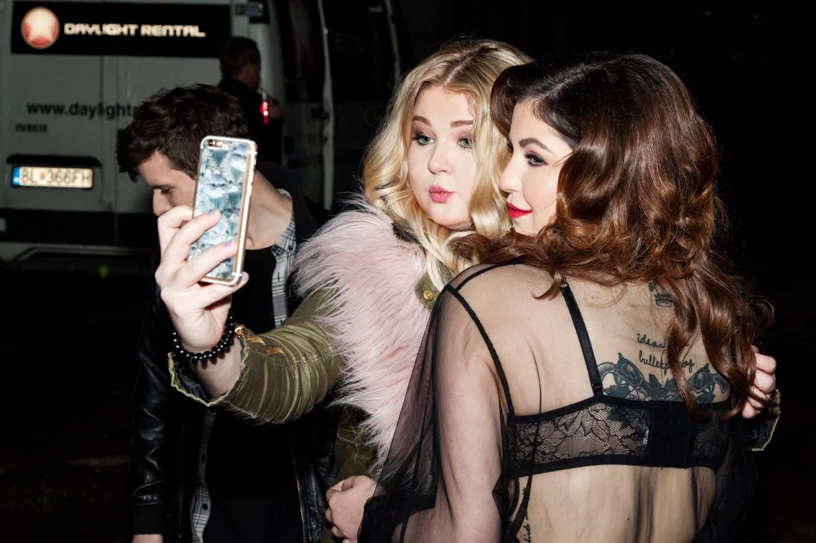 VIDEO: Jak vypadá šoubyznys pohledem Celeste Buckingham? O tom je nový klip Hello