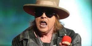VIDEO: Pozvánka na pražskou show AC/DC: Axl s Guns N' Roses zazpíval jejich covery, byl u toho Angus Young