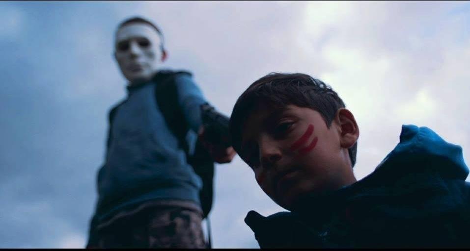 VIDEO: Děti si hrají se zbraněmi a The Fellas zpívají o svém strachu