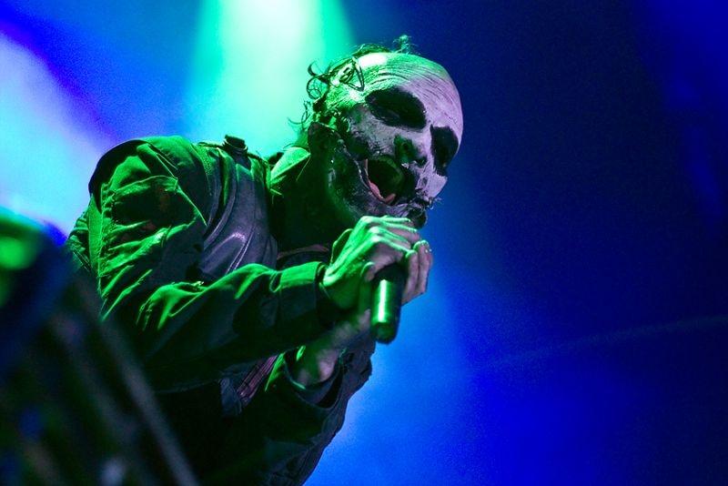 VIDEO: Corey Taylor ze Slipknot vyrazil na koncertě fanouškovi mobil z rukou.
