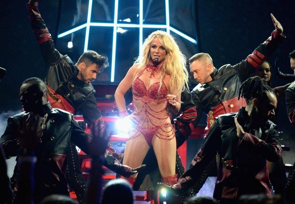 VIDEO: Polonahá Britney Spears se znovu kroutí. Moderátorovi talk show vlezla až do postele