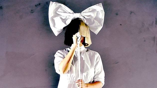 VIDEO: Sia zpívá, Maddie Ziegler tančí  - epizoda 5. Paruka je tentokrát celá černá