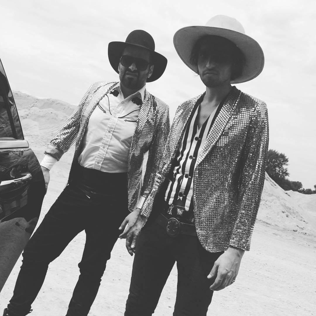 VIDEO: Emma Smetana a Jordan Haj jsou ve Velvet Dress hrdinové bollywoodského westernu se špatným koncem