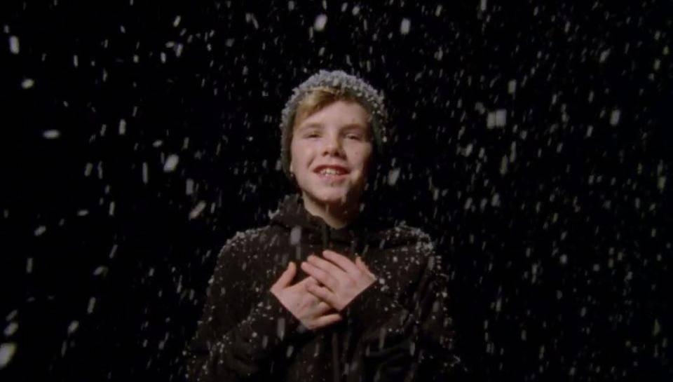 VIDEO: Cruz Beckham, syn Victorie a Davida Beckhamových, nazpíval vánoční song pro charitu