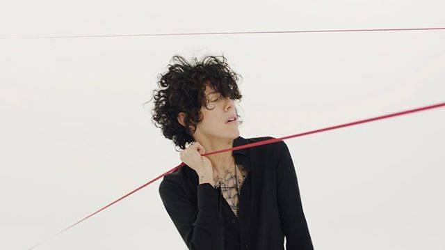VIDEO: Zopakuje LP s novinkou Tightrope úspěch hitu Lost On You? Pražský koncert ihned vyprodala