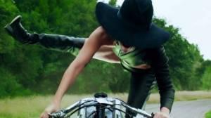 VIDEO: Lady Gaga v ujetém klipu John Wayne střílí z podpatků