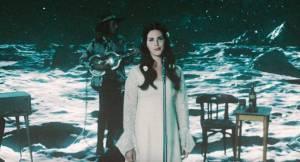 VIDEO: Lana Del Rey s květy ve vlasech i na cestě vesmírem