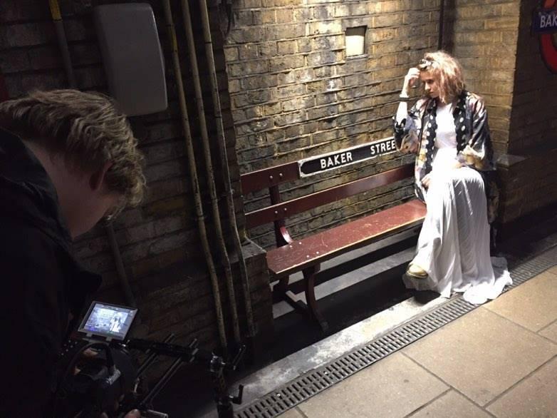 VIDEO: Emma Smetana má klip k duetu s Jordanem Hajem z Londýna. Inspirovaly ho i módní kampaně