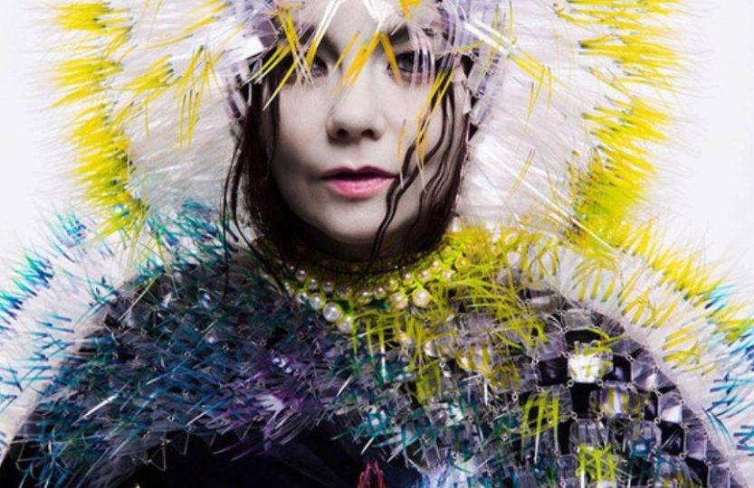 TOP 8 videoklipů týdne (133.): Avatarka v klipu Björk, Rammstein z Paříže a Pokáč o cizincích a teroristech